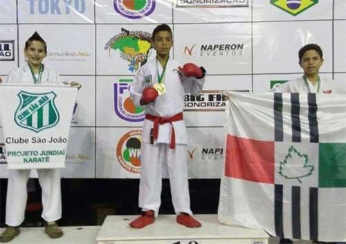 José Soares, ao centro, campeão logo na estreia.