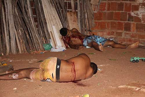 Jovens foram mortos na casa onde residiam, na Alameda dos Cajueiros.   (Foto: Marcelino Vieira)