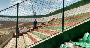 Equipes trabalham na construção de muro que diminui a capacidade do estádio Foto: Jaedson Freitas