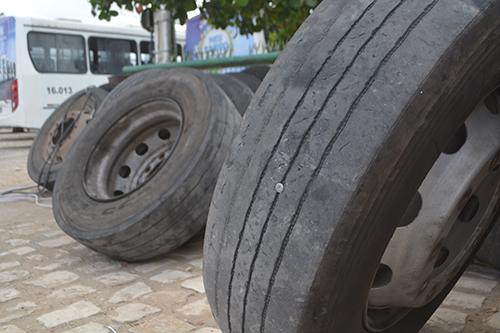 Vias esburacadas causam maiores desgastes de pneus
