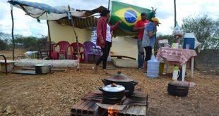 Populares estão acampados próximo ao aeroporto desde o último domingo