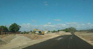 Serviço de terraplanagem de terreno libera poeira nas casas e ruas próximas à obra (Foto: Asclepius Saraiva)