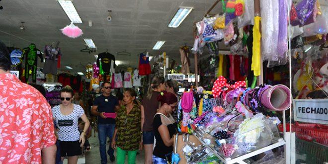 58fc908aa Grande parte dos consumidores deixaram compras dos artigos para as festas  para a última hora (