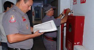 Equipes controlam itens de segurança em eventos