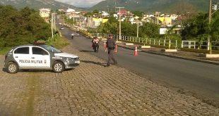 Policia monta barreira para tentar localizar bandidos. (Foto: divulgação).