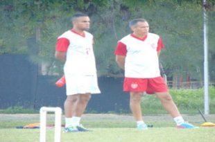 Treinador Bira Lopes (direita) diz que time correspondeu no segundo tempo. (Foto: Marcelo Diz/ACDP).