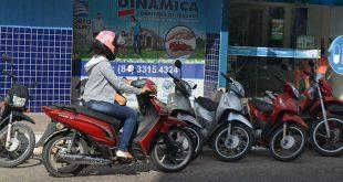 Proximidade do final do prazo para emplacamento dos ciclomotores de 50 cc aumenta demanda pelo serviço (Foto: Cacau).