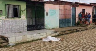 Vítima, identificada por populares como Berclaudio Gomes, foi atingido por disparos de arma de fogo (Foto:  Passando na Hora).