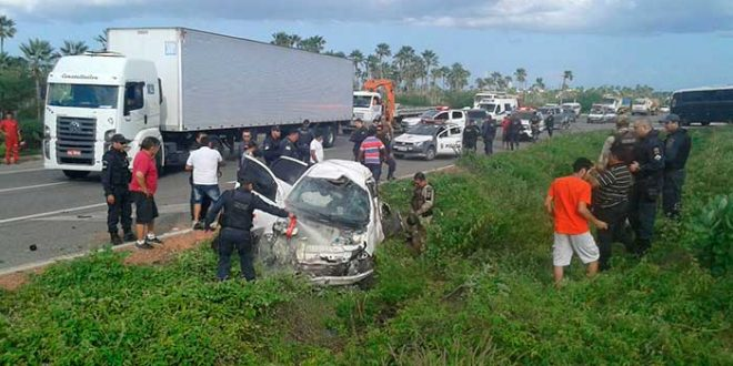 Táxi romado de assalto, capotou na BR-304 (Foto: Luciano Lellys)