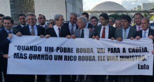 Deputados protestaram na tarde desta quarta-feira