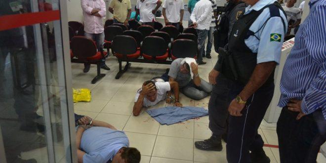Assaltantes foram dominados dentro da agência durante a ação Foto: Luciano Lellys