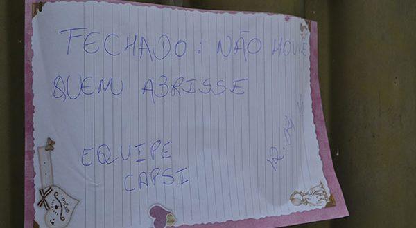 Cartaz improvisado pregado no portão do Caps (Foto: Cacau).
