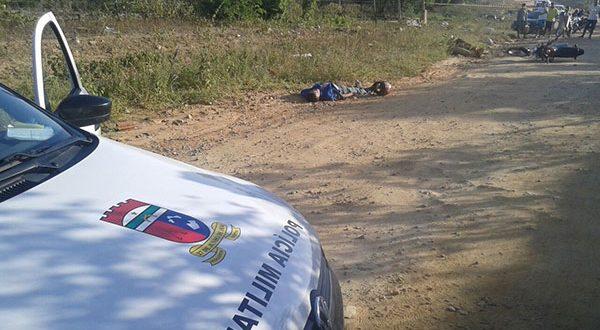 Vítima, ainda sem identificação, foi atingido por seis tiros nas costas e nos braços (Foto: Luciano Lellys).