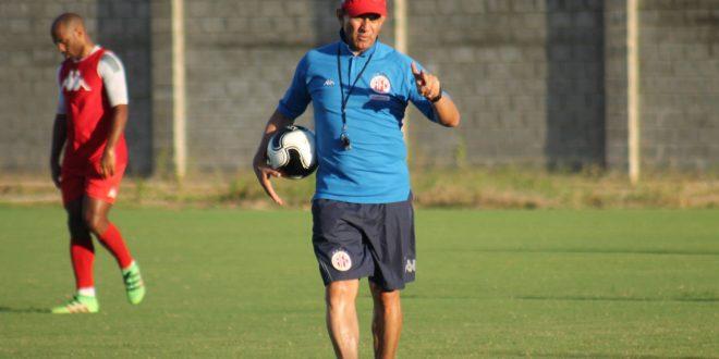 Treinador Guilherme Macuglia organiza meio de campo. (Foto: americadenatal.com.br).