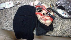 Máscarapreendida na casa dos assaltantes (Foto: Passando na Hora).