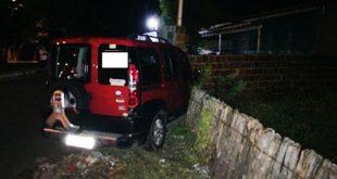 Suspeitos perderam o controle do veículo roubado na rua Marechal Deodoro (foto: Passando na Hora)