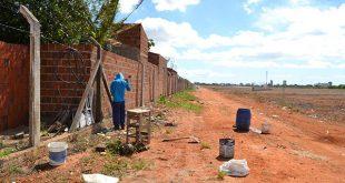 Equipes trabalham na limpeza do mato, balizamento e renovação da cerca ao redor da pista de voo (Foto: Luciano Lellys).
