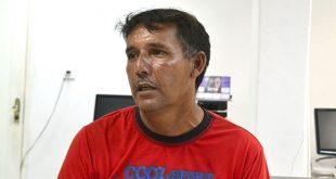 Messias Rodrigues rompeu um tendão após ser atropelado quando varria uma rua (Foto: Cacau).