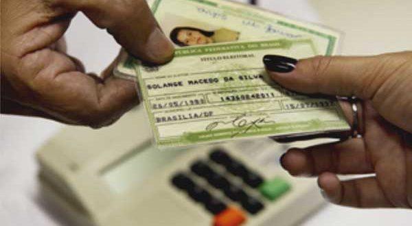Para requisitar um novo título de eleitor, é necessário apresentar comprovante de residência e documento oficial com foto (Foto: TRE).