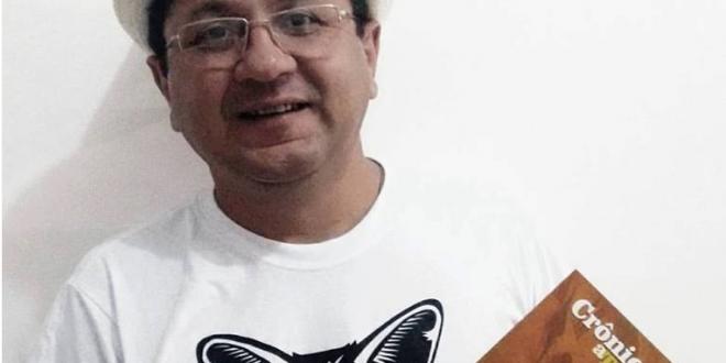 """""""Crônicas a Temporais"""" reúne crônicas publicadas na coluna dominical """"Recitanda"""", no jornal O Mossoroense ao longo de 12 anos."""