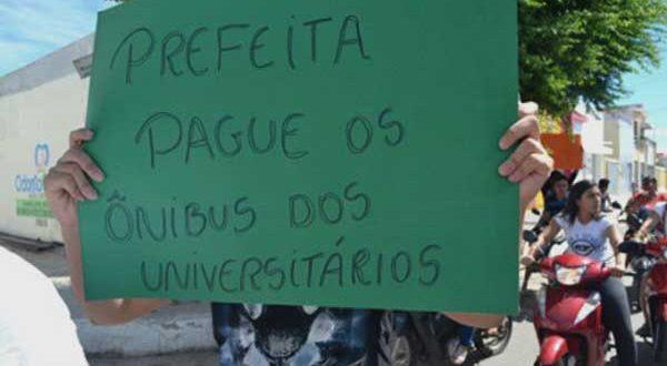 Cerca de 30 manifestantes ocupam sede do executivo desde esta segunda-feira (Foto: cedida - redes sociais).