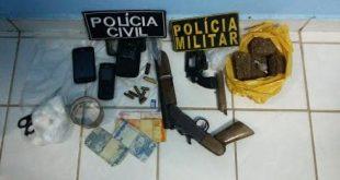 Material apreendido pela polícia com a dupla que morreu em confronto (Foto: Divulgação Degepol)