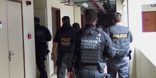 Cerca de 25 policiais estão cumprindo quatro mandados de busca e apreensão e quatro mandados de prisão preventiva no RN (Foto: PF).