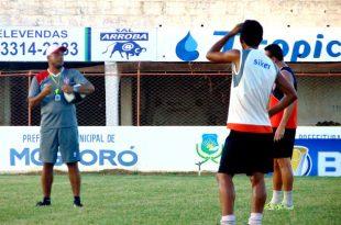 Treinador Emanuel Sacramento orienta o time. (Foto: Marcelo Diaz/ACDP).