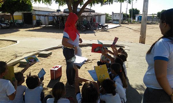 Os alunos visitaram pontos como o posto de saúde da cidade e fizeram leitura ao ar livre.