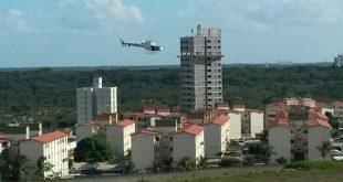 Helicóptero da Polícia em apoio aéreo no momento da abordagem. (Foto: Sérgio Oliveira).