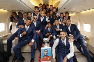 Festa para os jogadores começou dentro do avião. (Foto: Imagem de divulgação/Francisco Paraiso/FPF).