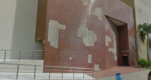 As pastilhas que revestem o prédio estão desprendendo da parede, podendo causar danos físicos aos pedestres que transitam pelas redondezas (Foto: MPRN).
