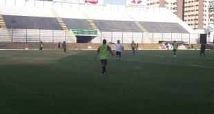 Técnico Geninho, do ABC, orienta time para jogo do sábado. (Foto: Assessoria de Comunicação do ABC).