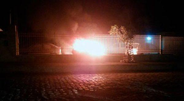 Criminosos atearam fogo em veículos apreendidos e que estavam no pátio da Defur (Foto: Blog Fim da Linha).