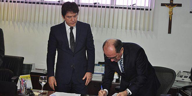 O termo de cooperação assinado hoje pelo presidente do TJRN, desembargador Claudio Santos, e o governador Robinson Faria