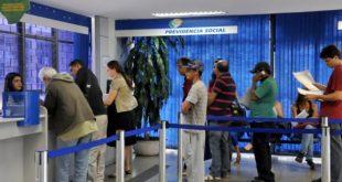 A antecipação de 50% do décimo terceiro salário aos beneficiários do INSS é feita desde 2006 (Foto: Antonio Cruz/Agência Brasil).