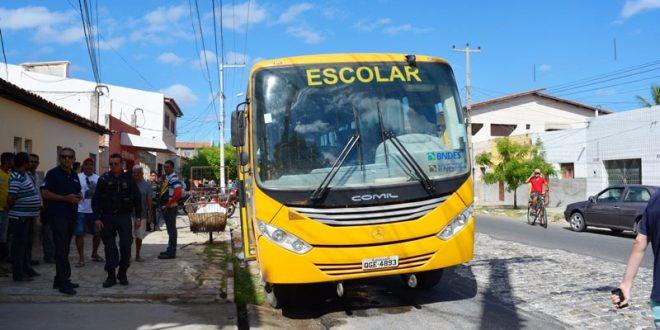 O ônibus estava parado no acostamento quando quatro bandidos em duas motos tentaram incendiá-lo jogando um balde com gasolina dentro do veículo e em seguida atearam fogo (Foto: Luciano Lellys).