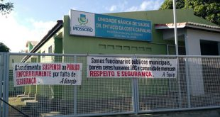 Em março deste ano, funcionários da UBS suspenderam os atendimentos e realizaram um protesto contra a insegurança colocando faixas em frente ao prédio (Foto: Mossoró Notícias).