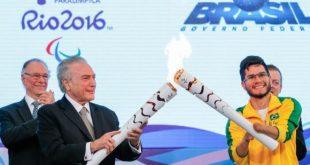 O presidente interino Michel Temer e o velocista Yohansson Nascimento acendem a tocha paralímpica no Palácio do Planalto (Foto: Beto Barata/Presidência da República).