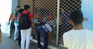 Jovens cobram o retorno do transporte escolar e de professores, que tem afetado 24 comunidades no município (Foto: Luciano Lellys).