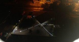 O cordão de luz pende iluminado acima do terreno. Entretanto, reunião com a militância não foi realizada nesta segunda-feira.