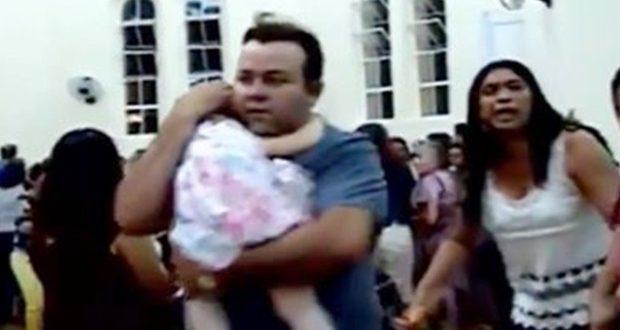 Atentado causou pânico em igreja. Momento foi transmitido ao vivo pelo Face Live (Foto: Reprodução).