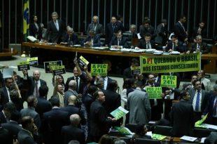 O texto foi aprovado em primeiro turno e precisa passar por nova votação no plenário. Também falta votar os destaques da PEC (Foto: Agência Brasil).