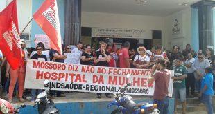 Os manifestantes denunciavam ainda o que classificaram como o processo de sucateamento da unidade (Foto: Luciano Lellys).