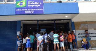 Trabalhadores fazem fila na frente do MTE em busca do documento (Foto: Luciano Lellys).