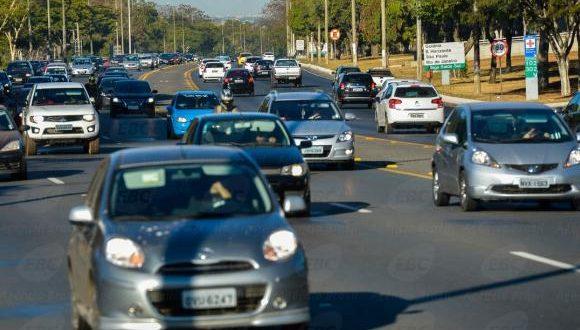 Multa para farol apagado durante o dia em rodovias volta a ser cobrada