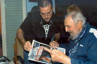 Foto do dia 23 de janeiro divulgada pelo site cubano Cubadebate em 3 de fevereiro. Na imagem, Fidel Castro lê um jornal durante encontro com o líder estudantil Randy Perdomo GarciaFoto de divulgação/direitos reservados