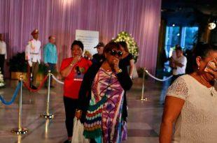 Mulheres se emocionam ao dar o último  adeus ao líder Fidel Alejandro Ernesto - Agência Lusa