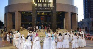 Cerimônia atraiu também pessoas que passavam pelo local, capoeiristas e um grupo de estudantes da UFERSA (Foto: Luciano Lellys).