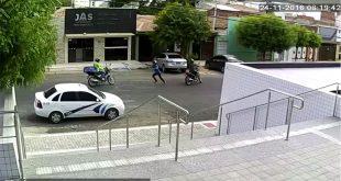 Uma dupla em uma motocicleta obrigou motociclista a parar e levaram a moto da vítima.
